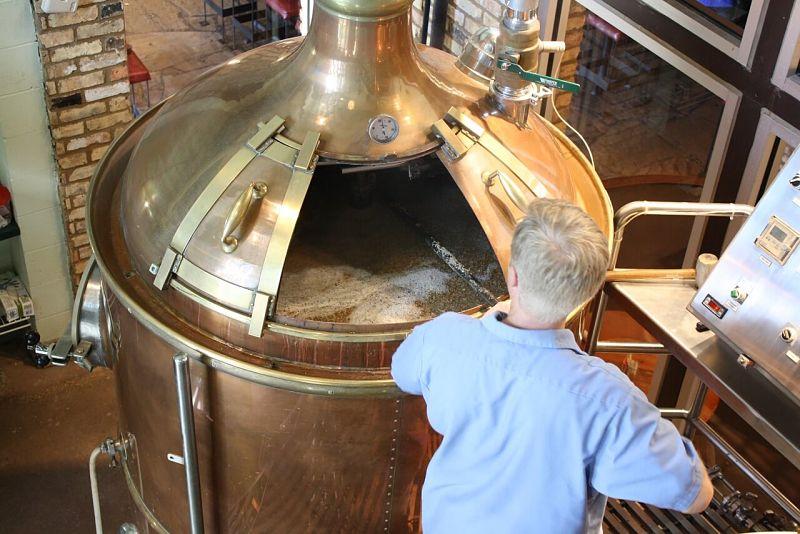 homem durante a produção de cerveja