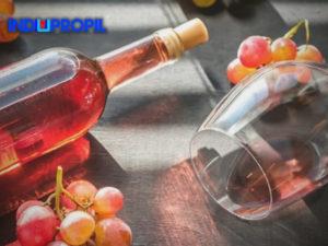 vinho-rosé-uma-taça-uma-garrafa-uvas