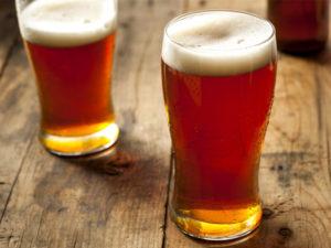 cerveja-vienna-lagers-2-copos-mesa