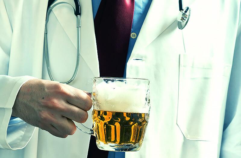 Médico com copo de cerveja - Indupropil