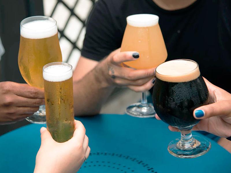 Apreciando diferentes cervejas